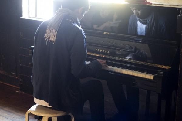 ピアノを弾く柴さん 撮影:大沢夏海